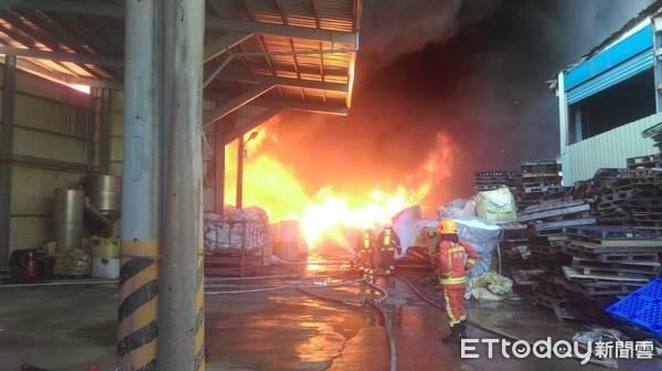 ▲桃園觀音區一塑膠廠大火,惡臭濃煙直竄天際。(圖/黃姓民眾提供)