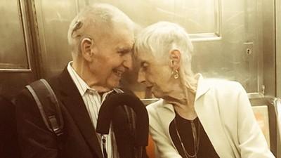 結婚60年牽緊緊!老夫妻「頭靠頭細訴情話」釣出媳婦爆料幸福日常