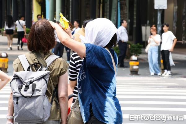 ▲▼夏天,防曬,高溫,炎熱,中暑,台北市,信義區,路上行人。(圖/記者周宸亘攝)
