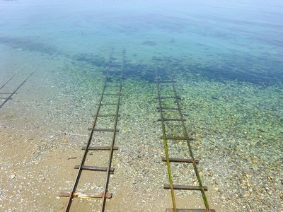 和無臉男一起!神隱少女「海中鐵道」原型就在這,愛媛海灘像另個世界