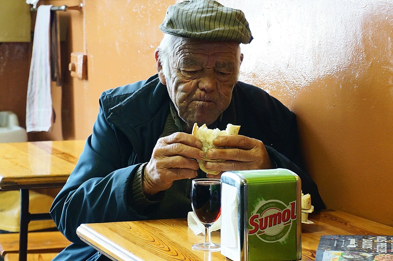 ▲▼老人,年長者,吃,飲食,用餐,麵包,孤獨,年老。(圖/翻攝自pixabay)