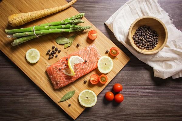 ▲▼鮭魚、秋刀魚、沙丁魚富含Omega-3,可抗發炎。(圖/取自免費圖庫pixabay)