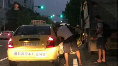 「司機求上車!」 老外到韓國玩不識韓文 錯把教練車認做計程車