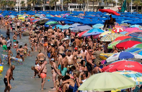 ▲▼熱浪襲歐洲,西班牙民眾消暑。(圖/路透社)