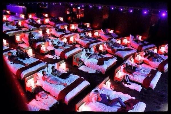 ▲▼希臘躺著看電影院(圖/翻攝自推特)