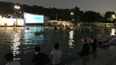 首爾漢江超狂「水上電影院」 躺在泳圈上看...旁邊的比基尼妹