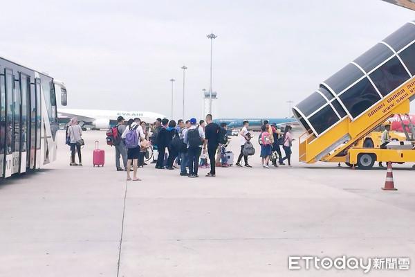 ▲機場,停機坪,地勤,行李,地勤人員,空橋,機場地勤, 機坪服務人員,地勤車輛。(圖/記者謝婷婷攝)