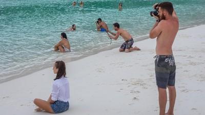 工具人複製貼上!海邊幫女友拍照...驚覺全世界都在執行同一個任務
