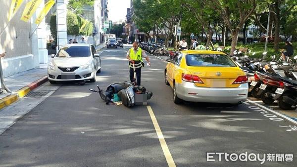 ▲▼騎士撞到轎車門後倒臥對向車道,遭小黃撞上不治。(圖/記者邱中岳翻攝)