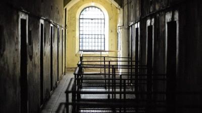 以為自己是家族唯一殺人犯!雙胞胎16歲分道揚鑣 34年後在監獄重逢