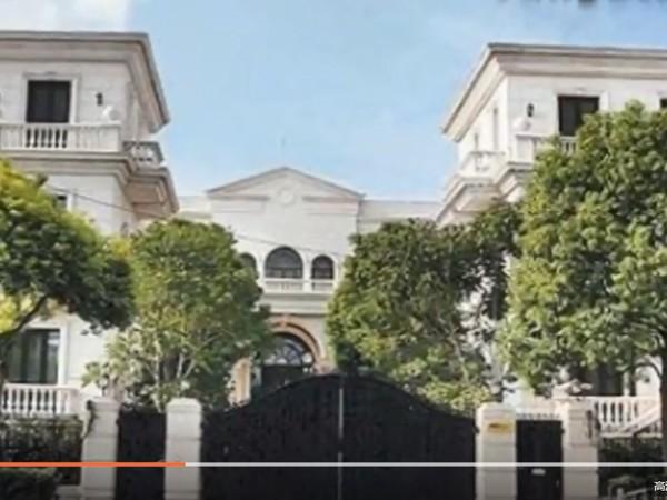 ▲李連杰在上海購入的皇宮豪宅,被人發現荒廢7年,都變成保安、清潔員的宿舍。(圖/翻攝自《騰訊視頻》)