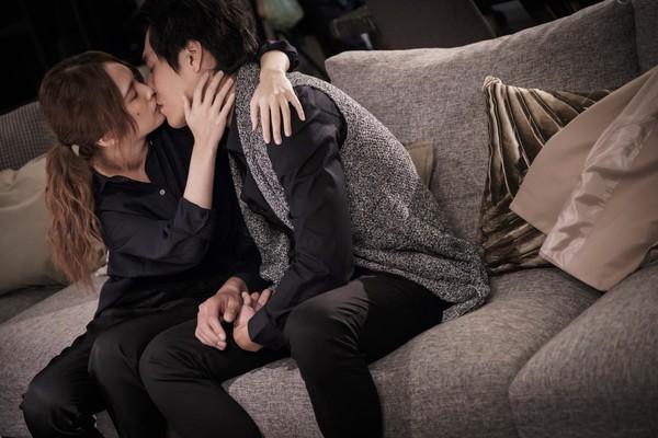 ▲楊丞琳、藍正龍《前男友不是人》吻戲。(圖/八大提供)