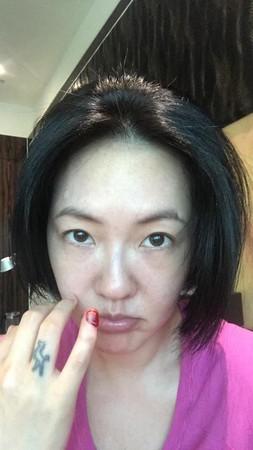 ▲小S手指被啞鈴重砸,濺血傷照怵目驚心。(圖/取自小S臉書)