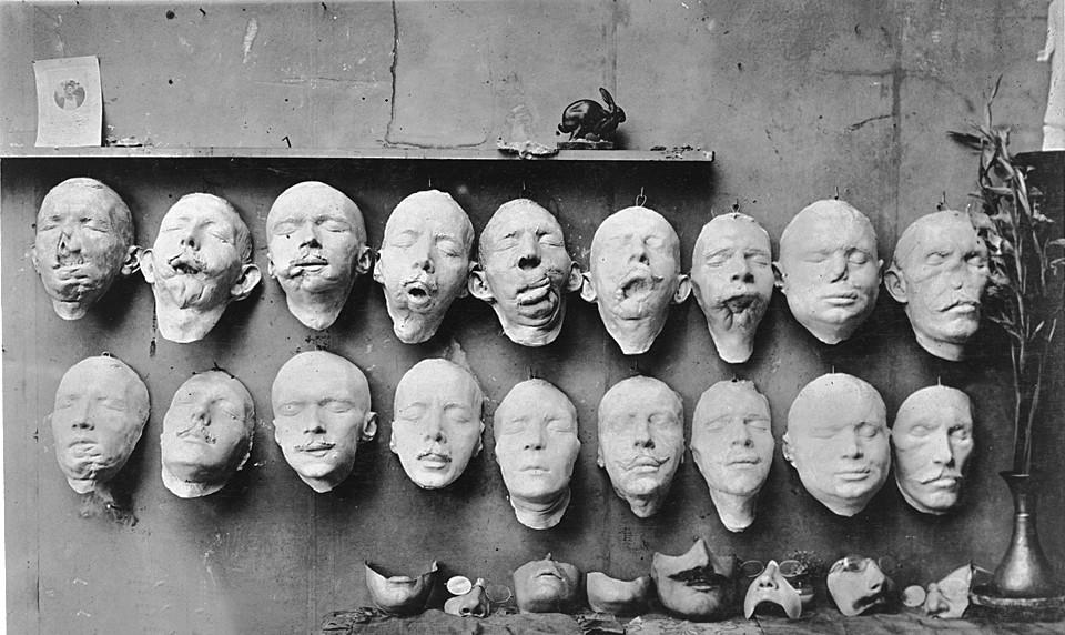 ▲拉德替顏面傷殘士兵製作的面具/圖/業者臉譜出版提供,請勿隨意翻拍,以免侵權
