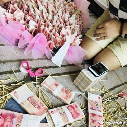 ▲土豪哥砸錢做「有錢花」幫女友慶生。(圖/翻攝自大陸微博)