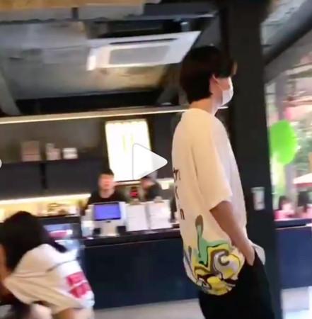 ▲金宇彬前腳離開,李鍾碩在身後跟著他。(圖/翻攝自IG)