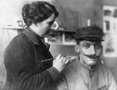 百年前整形術! 雕塑家變天使「手製假皮面具」救毀容士兵