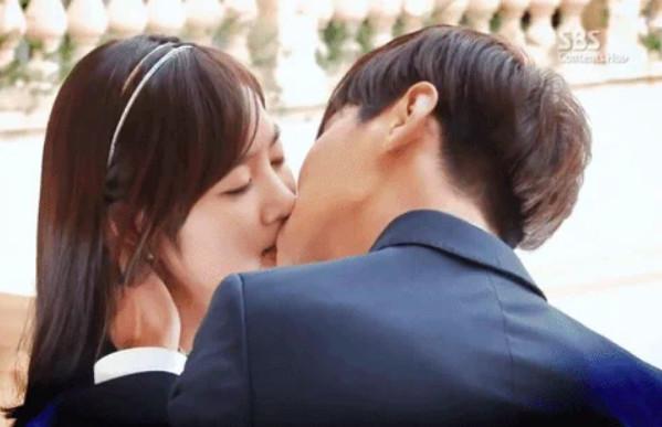 ▲▼發現對戲女演員是初吻,朱智勛輕吻完捏臉頰,減輕女方壓力。(圖/翻攝自SBS)