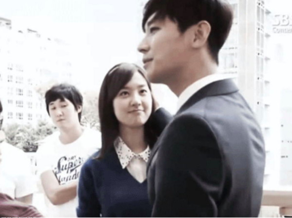 ▲▼發現對戲女演員是初吻! 朱智勛輕吻完捏臉頰。(圖/翻攝自SBS)