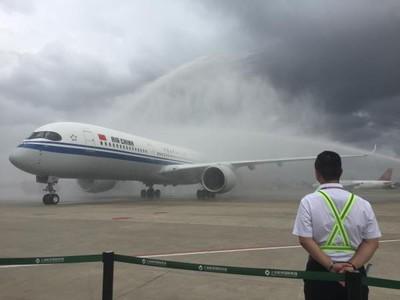 國航首架A350客機載300人完成首航