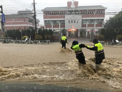 員林暴雨!警水中幫扶機車險摔倒