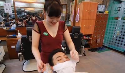 越南理髮店「300塊當皇帝」貼身挖耳朵 網驚:師傅全是年輕妹