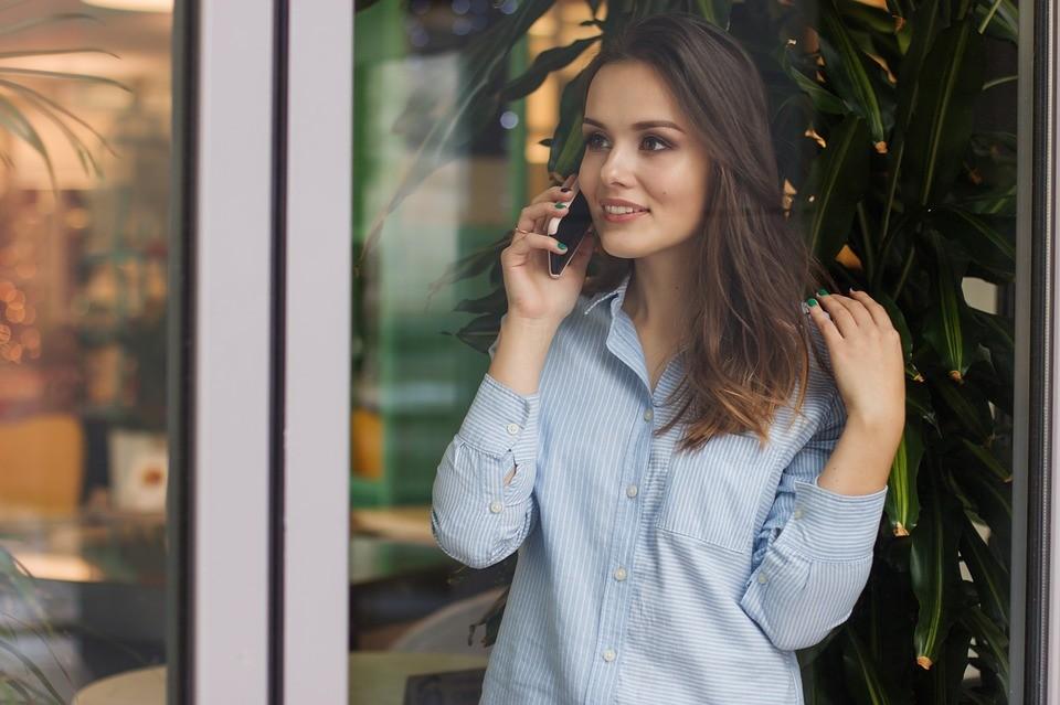 ▲女人,上班族,襯衫,講電話,開心。(圖/取自免費圖庫Pixabay)