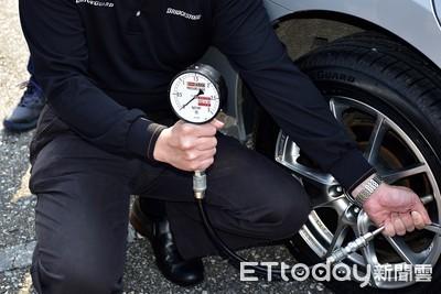 輪胎有沒有氣靠「手捏眼看」就能檢查?用胎壓錶量也要選對時間
