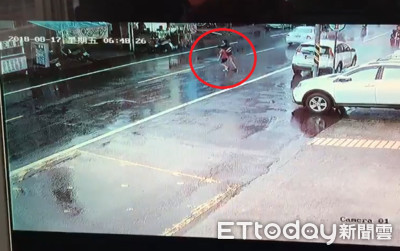 晚報/9歲女被媽帶闖馬路「慘遭機車撞飛」 影曝網怒了