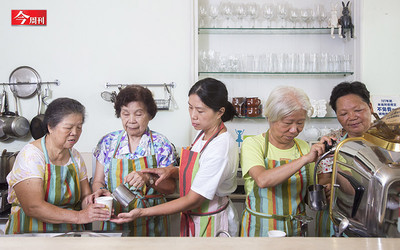 老社區變身文創基地! 82歲「高年級實習生」學拉花賣咖啡