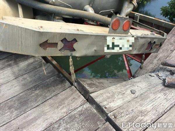 水箱車闖自行車道「壓毀木橋」 橋下釣魚男慘遭木頭砸死