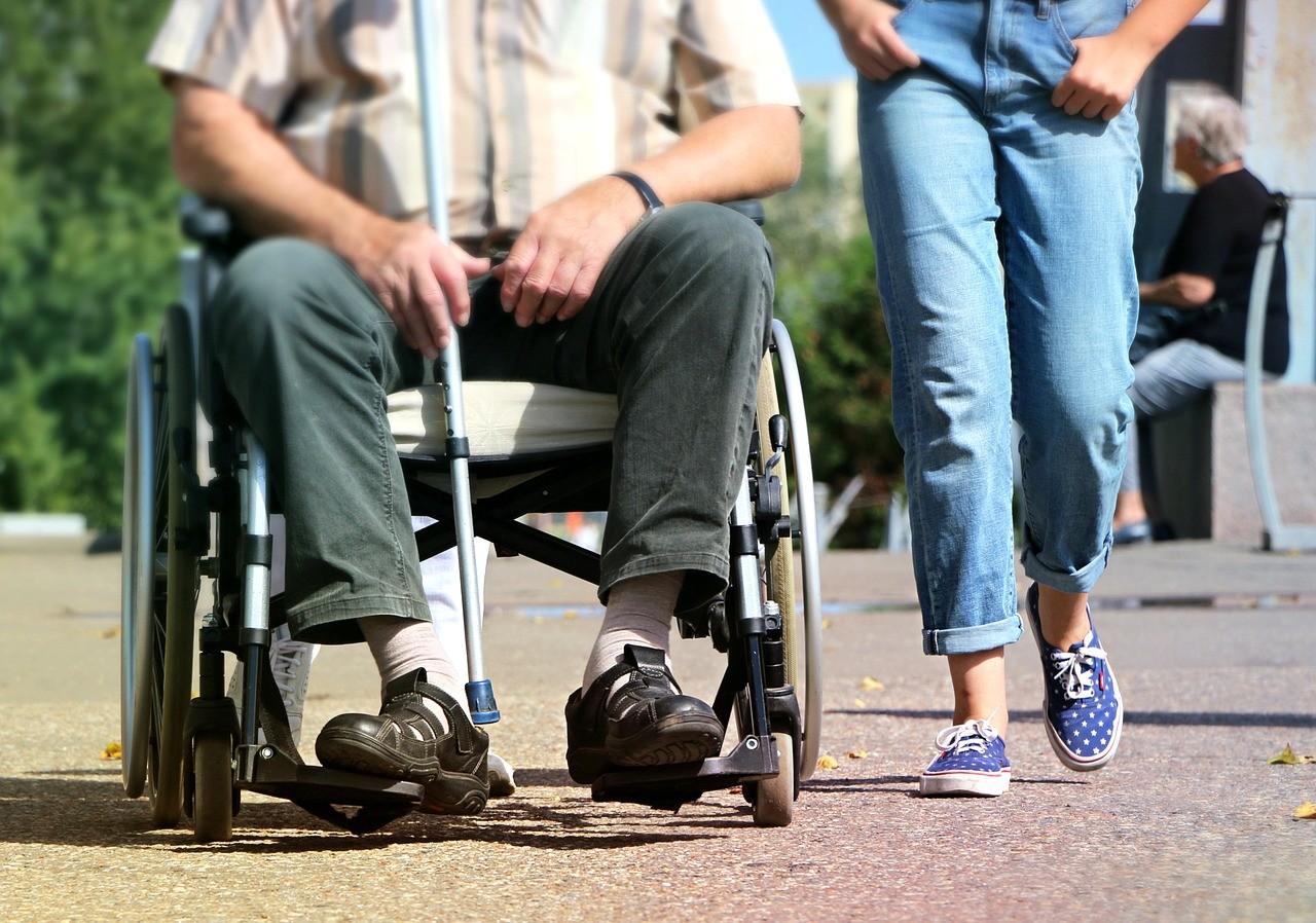 ▲▼老人,拐杖,老年,照護,輪椅,看護,行動不便。(圖/翻攝自pixabay)