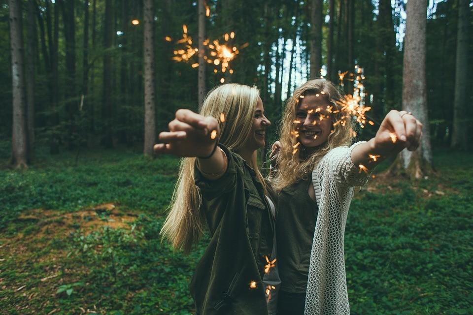 ▲閨密,好姐妹,朋友,仙女棒,森林,慶祝,快樂,開心。(圖/取自免費圖庫Pixabay)