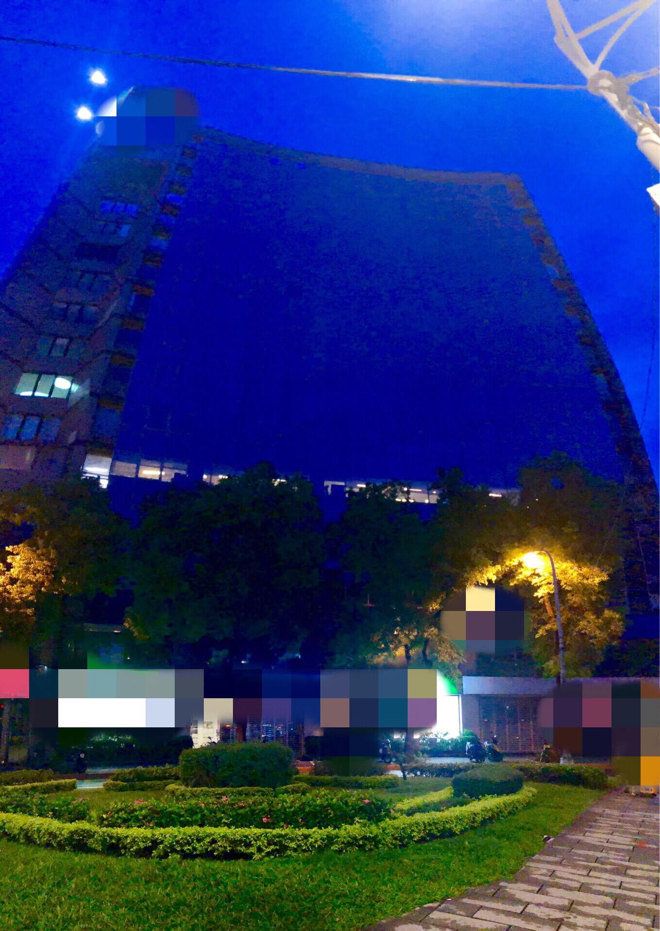 ▲▼半夜吊高空洗大樓外牆 窗內突現「綠光人影」!作業員嚇壞(圖/小檸檬供稿專用)