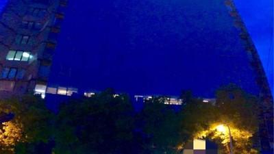 半夜吊高空洗大樓外牆 窗內突現「綠光人影」!作業員嚇壞