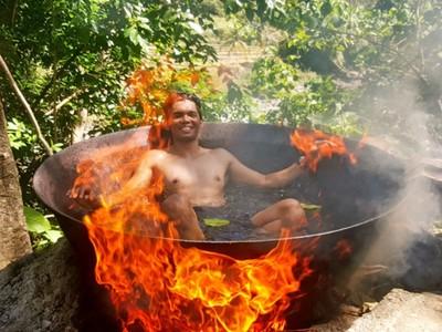 「鐵鍋燉煮自己」直播!菲男展示道地洗澡法,火勢猛烈燦笑不怕燙