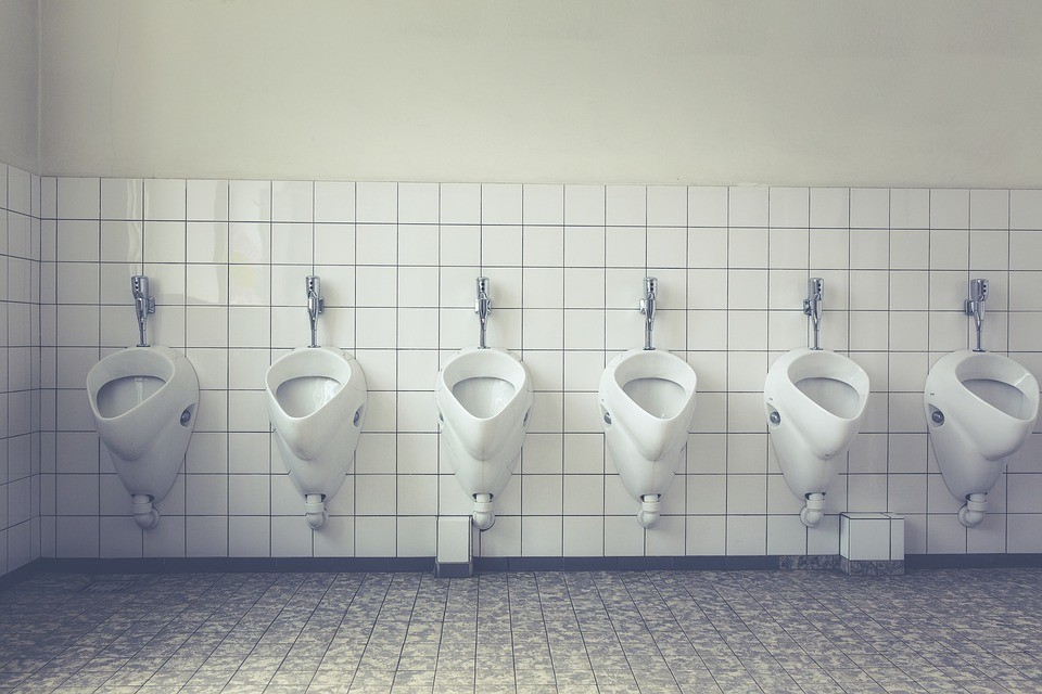 ▲尿尿,馬桶,男人,小便斗,男廁,公廁,廁所。(圖/取自免費圖庫Pixabay)