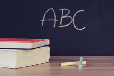 教室黑板的小秘密!明明叫「黑板」但為什麼是綠色的呢?