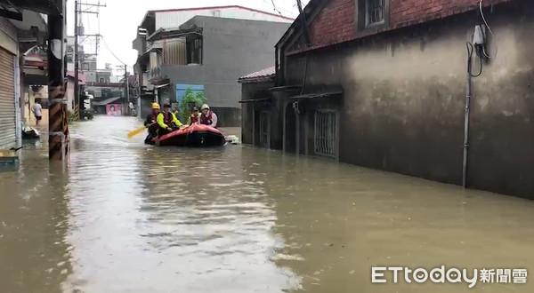 ▲▼雨炸南台灣,高雄淹水災情。(圖/記者宋德威攝)