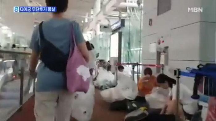 ▲▼仁川機場陸籍代購商亂扔垃圾(圖/翻攝自Youtube@MBN News)