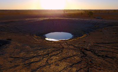 乾旱期間降甘霖 澳洲農民興奮雨中裸奔