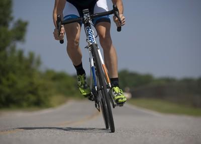 腳踏車丟瓶嗆聲 下秒被運將霸氣處罰