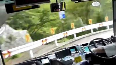 一言不發就飄移! 公車司機連甩「下坡髮夾彎」方向盤打出殘影