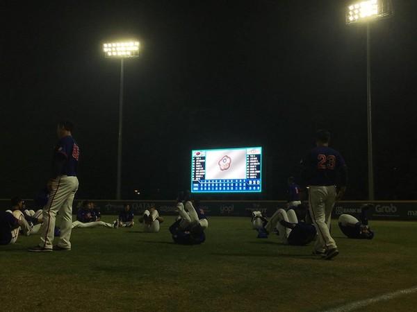亞運棒球/贏球大螢幕前做操照  道出中華隊的很多事