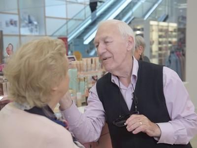 84歲翁「偷學專櫃小姐化妝」 淚訴愛妻將失明:想讓她永遠美美的