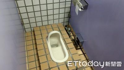 男如廁滑一跤 左腳插進馬桶黑洞