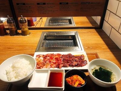 邊緣人專用!東京「單人燒肉店」面壁烤香香 台幣230就能吃一頓