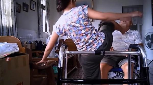 ▲▼惡質外籍看護!飛踢巴頭狂虐80歲老翁。(圖/翻攝自Facebook/爆料公社,以下同)