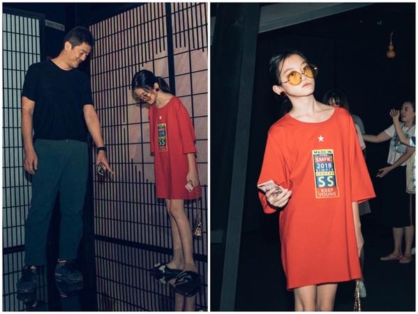 ▲12歲李嫣「下衣失蹤+墨鏡」變成熟辣妹。(圖/翻攝自微博/新壺中天沉浸式藝術展)