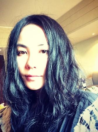 ▲12歲李嫣「下衣失蹤+墨鏡」變成熟辣妹。(圖/翻攝自微博/veggieg)